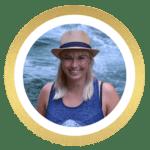 Smilende helle foran vandfald. Rejseblogger fra rejsebloggen helles-univers.dk