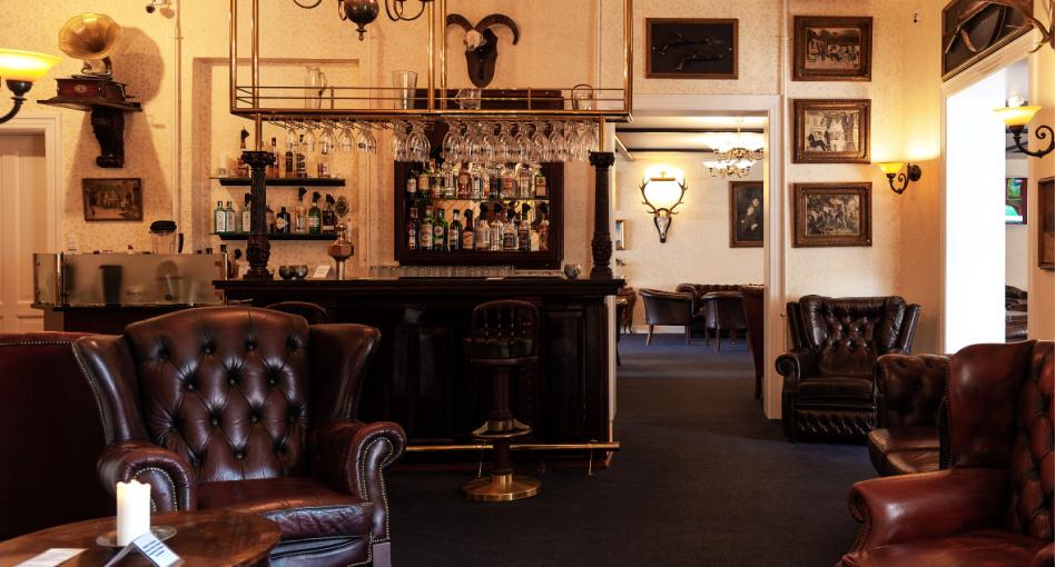 Romantisk hotel bar med jagttema og chesterfield stole