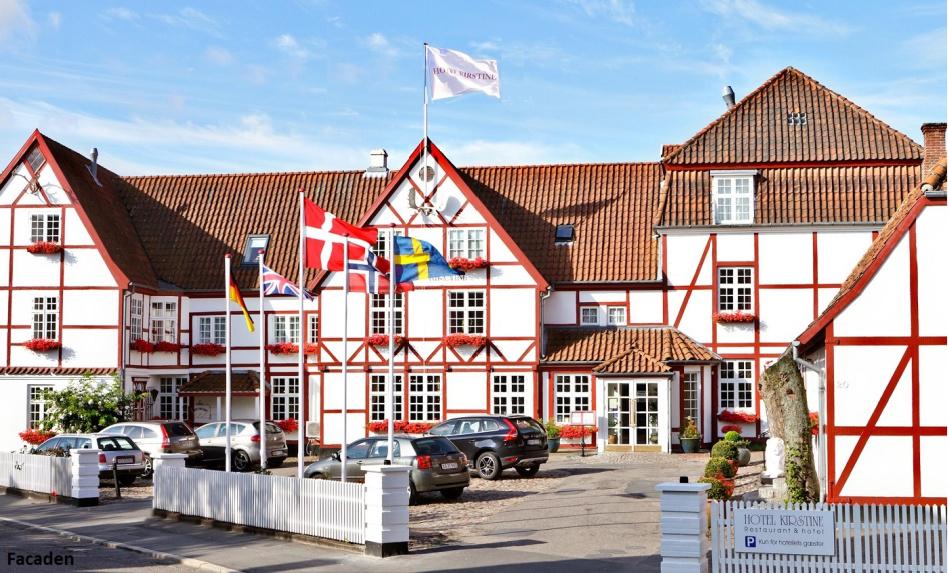 hotel kirstine i næstved. Dansk flag, rødt bindingsværk og gammel stil