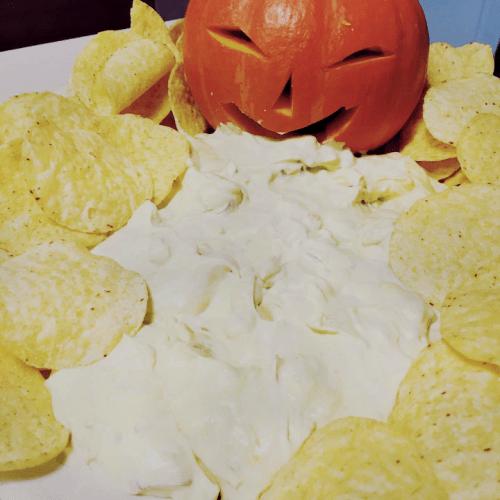 halloween buffet med græskar, dip og chips
